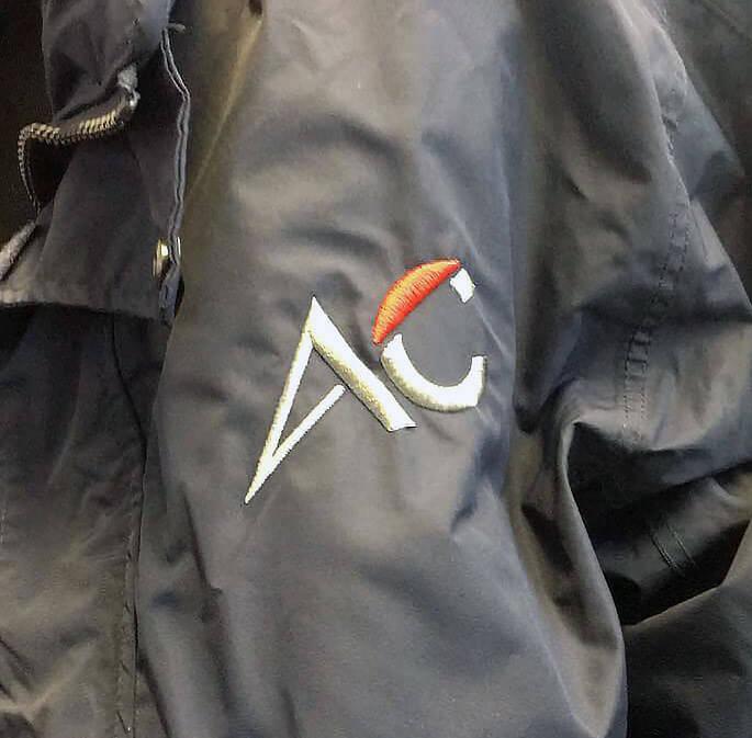 AC-Logo auf eine Jacke gestickt